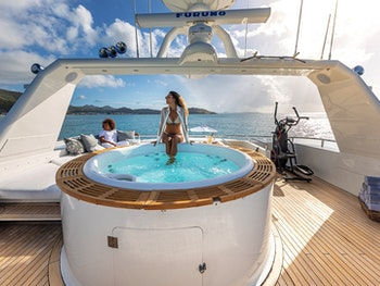 LIONSHARE Jacuzzi with guests